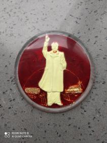 文革时期:有机玻璃夜明毛主席挥手我前进大像章