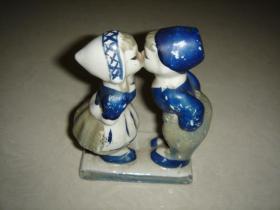 80年代亲嘴娃娃瓷器人偶苏格兰情调亲嘴瓷娃娃玩偶亲亲男孩女孩摆件老玩具菏兰