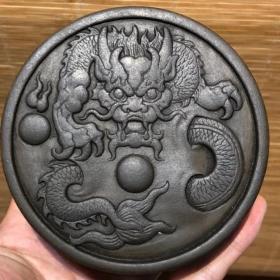 端石盘龙【墨海】 雕工精美大气,也可做印泥盒,全品完整,实拍比图片更漂亮 规格:直径10厘米高4厘米重650克