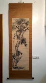 清江户时期画家泷和亭笔老纸本绫裱水墨画(兰石古松图)145:49cm精致老红木轴头老桐木盒子