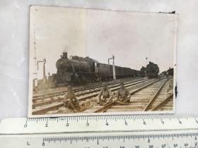 民国抗战时期原版老照片:哈尔滨火车站停靠着的火车,铁轨前3个日本鬼子