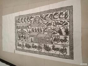 《庄园宴客图》汉画像原石拓片,长1米64,高1米2。金石拓片汉画像石是汉代人雕刻在墓室、祠堂四壁的装饰石刻壁画。它在内容上包括神话传说、典章制度、风土人情等各个方面。在艺术形式上它上承战国绘画古朴之风,下开魏晋风度艺术之先河,奠定了中国画的基本法规和规范。汉画像石同商周的青铜器、南北朝的石窟艺术、唐诗、宋词一样,各领风骚数百年,成为我国文化艺术中的杰出代表和文化艺术瑰宝。