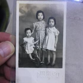 a 民国时期 上海百乐门照相馆 三姐妹合影照 背面有文字