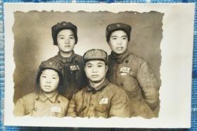 1951年上海军医大学女兵在防疫站实习小组合影老照片