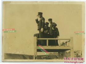 民国日军海军陆战队占领中国城镇后,海军军队长官检阅士兵老照片。15.5X11.3厘米