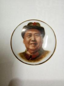 [红色文化珍藏]文革时期 景德镇陶瓷像章《毛主席笑咪咪》特色精品彩色像章,收藏品质(直径4.3厘米)