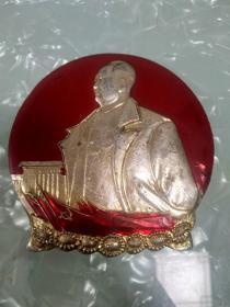 毛主席像章7.7厘米,背九大纪念,吉无敬制。