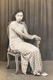 民国时期老照片——端庄大方坐在椅子上的旗袍美女(银盐照片)(有德照相)(照片背后有寄语)