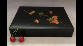 日本木胎金莳绘漆器茶盒  精美金莳绘枫叶纹漆盒 老物件盒盖有轻微划痕 有年代感 介意者慎拍 【尺寸】: 长度29.5厘米 宽度22厘米 高度6厘米 品相】:看图识品相 花纹清晰 实物拍摄,有一定年代感,难免会有一些小磨损