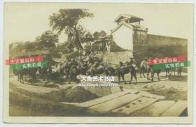 民国时期北京西便门内东南侧、内城西南角楼西侧旧时的观音寺老照片,其附近还有骆驼运输队经过。泛银