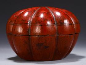 【名称】:漆器瓜纹盒 【类别】:摆件 【规格】:高9.2 直径12.5cm 重190g 【详细介绍】:此盒器型端正,呈八瓣花形,盖面微微膨起。盖与盒铆合严密。木制,以黑红色为主,黑红互置的色彩产生光亮、优美的特殊效果,绘花卉图,在红与黑交织的画面上,形成富有音乐感的瑰丽的艺术风格,纹饰刻画细腻生动。