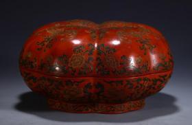 【名称】:漆器南瓜盒 【类别】:摆件 【规格】:直径20 高10cm 重430g 【详细介绍】:木制,以黑红色为主,黑红互置的色彩产生光亮、优美的特殊效果,绘花卉图,在红与黑交织的画面上,形成富有音乐感的瑰丽的艺术风格,纹饰刻画细腻生动。