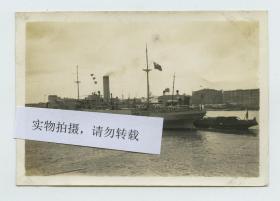 """民国时期上海浦东水面上的中华民国海关缉私舰队之福星号小艇母舰,1937年,中国海关缉私舰队装备已经有84艘主力巡缉舰。不仅在装备水平、人员素质都不逊于当时的民国海军,被称为""""中华民国第二海军""""。"""