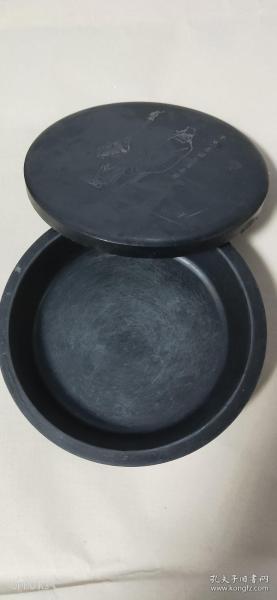 正宗5寸歙硯羅紋硯石,圓形帶蓋圓滑較深帶雕刻孔子圖。完好無缺。