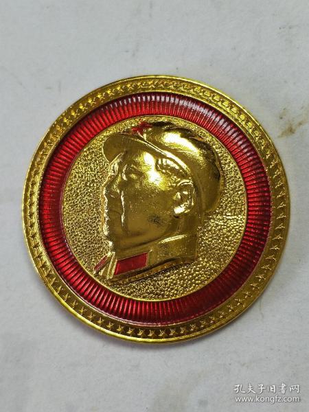 毛主席像章。金色頭像、帶領章帽徽、金色太陽。金黃色星邊。背面:祝毛主席萬壽無疆。七顆小星,一顆發射衛星的火箭。