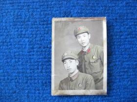 文革时期双人军装照,胸佩像章