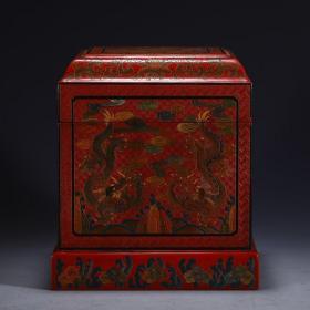 【名称】:漆器龙纹方盒 【类别】:摆件 【尺寸】:长15.5 宽15.5 高17.5cm 重1040g 【详细介绍】:木制,以黑红色为主,黑红互置的色彩产生光亮、优美的特殊效果,绘龙纹花卉图,在红与黑交织的画面上,形成富有音乐感的瑰丽的艺术风格,纹饰刻画细腻生动。