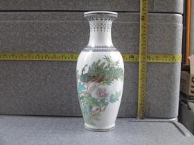 出口创汇期精品:景德镇艺术瓷厂制  手绘垂珠边角孔雀牡丹鱼尾瓶