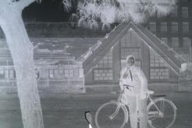 【135老底片】(45214)靠自行车的女士