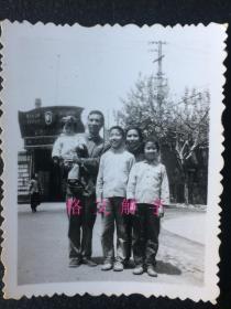 10张 合售 绝对好 !老照片 文革时期 上海市文攻武卫第九连 沪南供电所造反队 毛主席像 敬祝毛主席万寿无疆 毛主席最新指示 四个伟大 毛主席万岁万岁万万岁 合影 2张   长辫子美女 全部戴像章 8张
