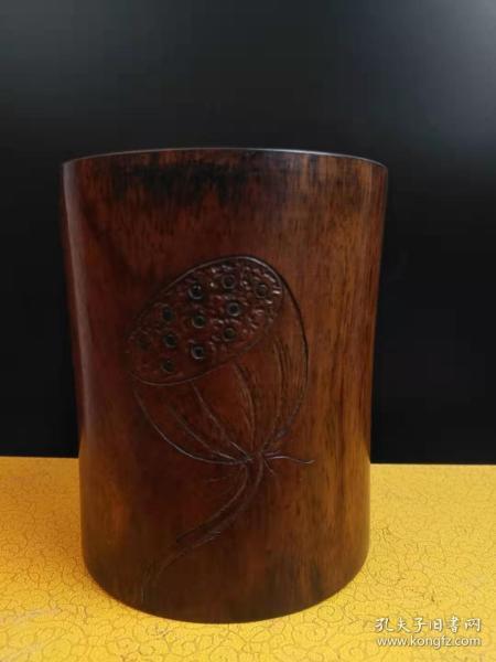 收到,花梨木筆簡一支,上雕有荷蓮子,品像完好尺寸如圖,