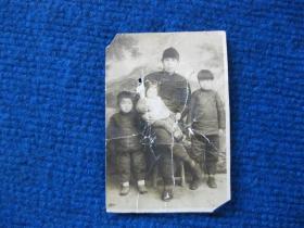 民国老照片:大人和三个孩子,大人瓜皮帽,小孩老虎帽