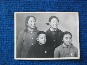 老照片:姐弟四人胸佩像章