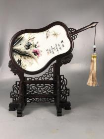 章仕保作品鸡翅木镶瓷板画粉彩花鸟扇形桌面摆台