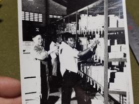 老照片·(七十年代 坦赞铁路)中非施工人员在货架前盘点器材