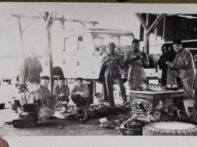 老照片·(七十年代 坦赞铁路)中非施工人员在工棚修理路虎汽车