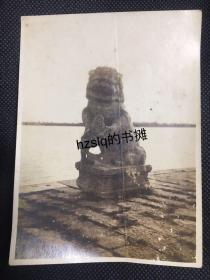 民国苏州京杭运河旁著名古桥宝带桥上的石狮特写及周边原始景象,可见石狮手部及底座细节。老照片时间应为1930年代,内容少见、颇为难得