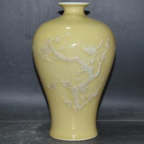 建国瓷厂 单色釉黄釉堆雕喜鹊登梅