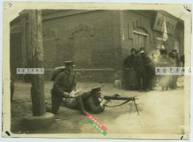 民国日军侵华时期,日本兵在湖北汉口街头架设轻型机关枪并瞄准射击老照片。16.4X11.9厘米