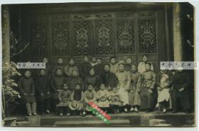 清代晚期或民国早期,中国传统大户富裕家庭大合影老照片一张,泛银,可能是四川一带拍摄,具体地点不详请自辨,片子很漂亮。14.1X9.2厘米