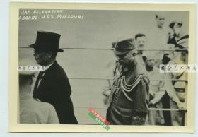 1945年二战抗战日本在东京湾外密苏里战舰上正式投降仪式银盐照片,日本外相重光葵代表日本天皇和政府、陆军参谋长梅津美治郎代表登舰签署投降协议