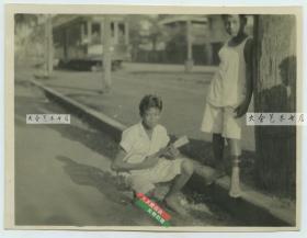 民国时期东南亚一带弹奏类似尤克里里乐器的男孩老照片,泛银