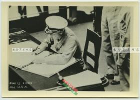1945年二战抗战日本在东京湾外密苏里战舰上正式投降仪式银盐照片,美国尼米兹司令签署投降协议的瞬间。