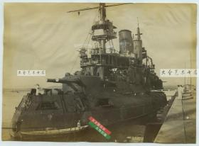 """清末俄军皇""""皇太子""""号战列舰在中国青岛胶州湾一带停泊,高清。在1904年日俄战争中,其受损后从日舰的弹雨中突围,自抵达胶州湾。根据当时海牙海军协定,""""皇太子""""号被德国这个中立国扣留。14.9X10.8厘米"""