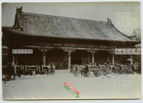 清末1900年庚子事变后英国领事馆院内停放的八国联军辎重车辆老照片,克罗定照片,清代翻拍。