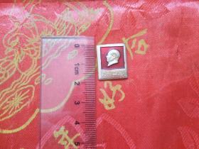 帶有毛主席萬歲的方形像章
