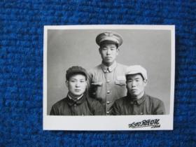 1956年三人合影,其中一人穿空军军装