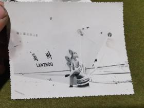 老照片·(七十年代 坦赞铁路中方施工人员)在兰州号旁