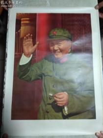 文革宣传画: 毛主席天安门城楼挥手绿军装像 38.5厘米*53厘米  与1967年上海人民出版社的是一批出的,品相好。实拍,个人认为,保真,包老。非诚勿扰,游戏莫询。特殊商品,交割后不退不换。