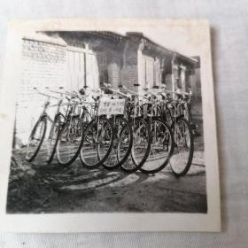 老照片,投机倒把.所扣的自行车。原照保真。