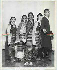 1963年四名漂亮的藏族女子和一名藏族男人合影老照片,大幅25.3X20.6厘米