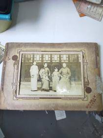 穿长袍的家庭合影照