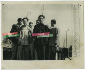 1949年5月14日上海解放前夕,国民党枪毙黑市倒卖银元者和间谍,美联社新闻传真照片一张
