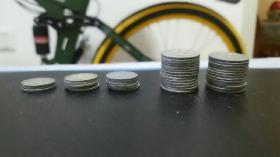 50年代一分和二分硬分幣合計41枚全部通走 實物品相如圖所示,其中硬分幣包括1956年一分共3枚,1958年一分共5枚,1959年一分共6枚,1956年貳分共27枚。所有硬分幣均有老舊磨損包漿等使用流通瑕疵,具體細節見圖,所有分幣都有各自的正反面對稱拍攝,煩請見圖自定。快遞郵寄!