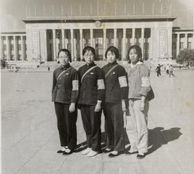 文革时期老照片——姐妹女红卫兵合影