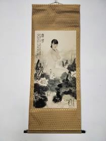 北京文物商店,纸本立轴,何家英手绘美女图一幅,画工精细,线条流畅,保存完整,喜欢的朋友不要错过,尺寸175*67厘米